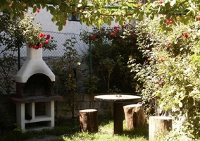 Jardín de la casa con barbacoa de obra