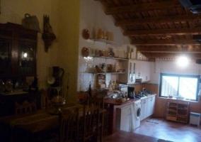 Sala de estar y comedor con chimenea presidiendo