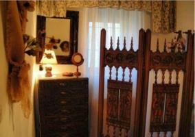 Cocina luminosa de la casa con techos de madera
