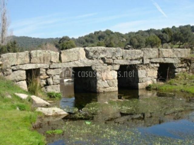 Puente de piedra en el municipio