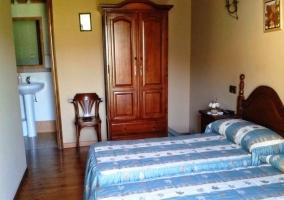 Fachada azul con mobiliario y palmeras