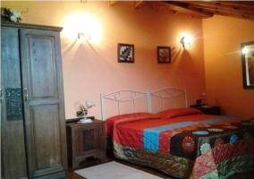 Dormitorio con dos camas individuales azules
