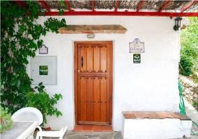 Puerta principal de acceso a la casa rural grandina