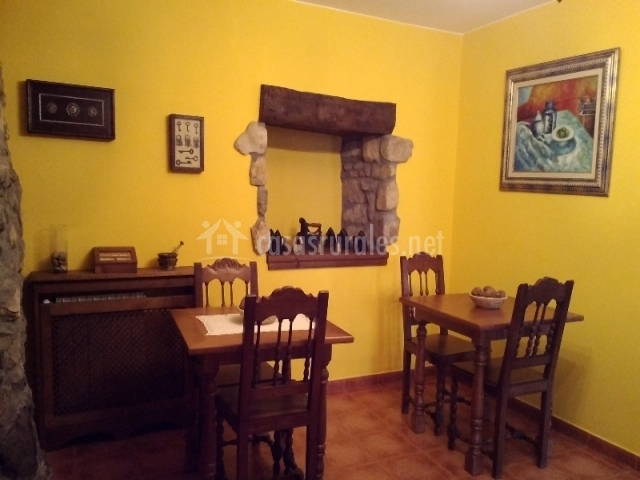 Ablanos de aymar casa de aldea en loro e asturias for Sillas amarillas comedor