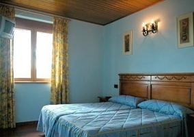 Dormitorio de matrimonio con muebles de madera