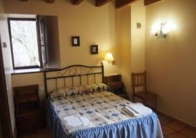 Dormitorio con cama doble y ventana abierta