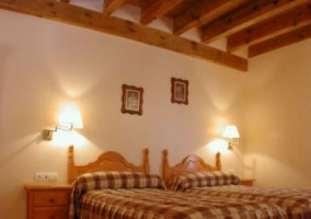 Dormitorio doble con dos camas y mesillas a los lados