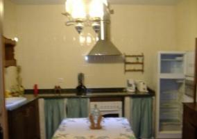 Sala de estar y comeor con una mesa en el centro