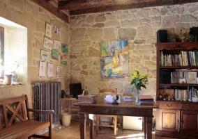 Acceso principal a la vivienda con fachada en piedra