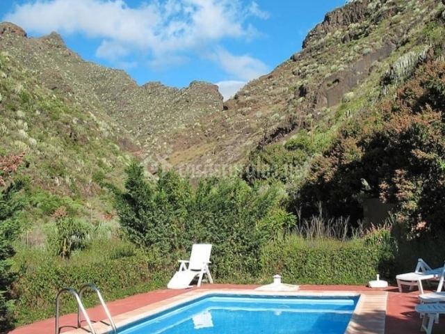 Vistas de la piscina rodeada de hamacas