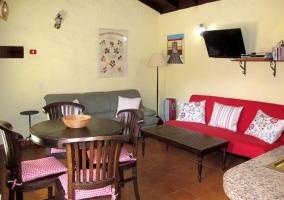 Sala de estar y mesa de comedor junto a la piscina