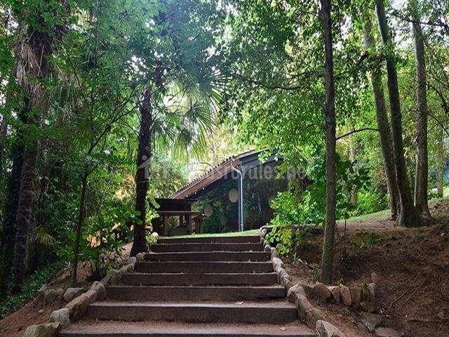 Escalera de acceso al jardín de la casa rural