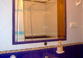 Aseo con azulejos azules y blancos