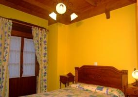 Dormitorio amarillo con cama doble