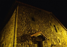 Vista de la casa por la noche