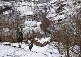 Vista general de las casas y alrededores con nieve