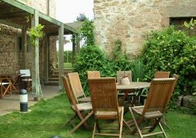 Porche y jardín con muebles de exterior