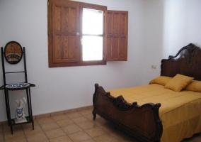 Dormitorio con cama de matrimonio y armario de madera