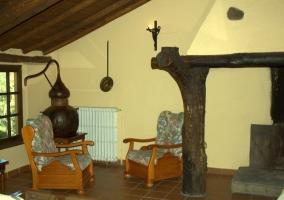 Salón con estufa y chimenea