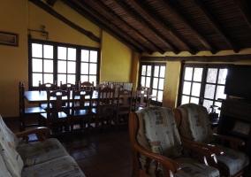 Sala de estar con mesa de madera