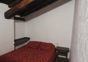 Dormitorio con colcha roja