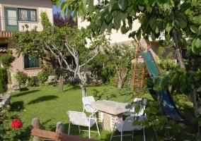 Jardín con tobogan y mesa de piedra