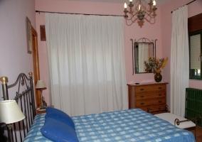 Dormitorio de matrimonio con cojines azules