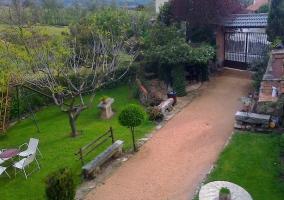 Mesas y tobogán en el jardín