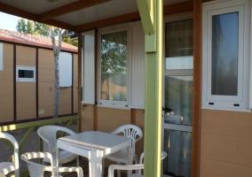 Terraza y entrada al bungalow