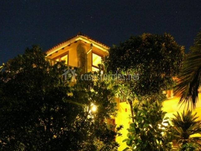 Vistas de la fachada de noche