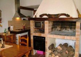 Cocina con antiguo horno en el apartamento