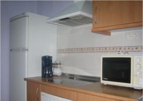 Cocina de la casa rural con lavadora y extintor