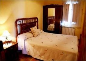 Dormitorio doble con mesillas en la casa rural
