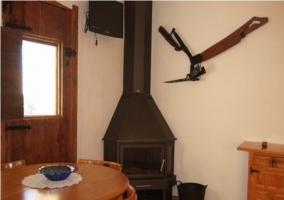 Salón con chimenea en la casa rural