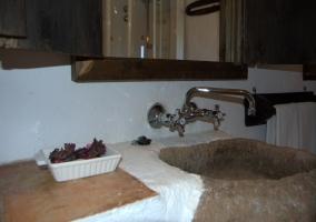 Baño con lavabo de piedra