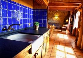 Cocina y vistas a la zona de estar con chimenea