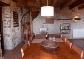 Detalle de la mesa y escaleras de caracol