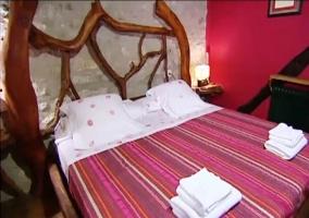 Cama de matrimonio en el dormitorio Rey Jaume I