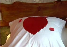 Cojín del dormitorio de matrimonio. Corazón rojo