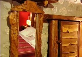 Detalle de la decoración del dormitorio de matrimonio hecho de madera