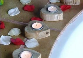 Detalle de la decoración del jacuzzi. Velas de corazón