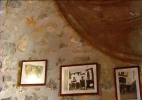 Detalle de las fotos que decoran la pared