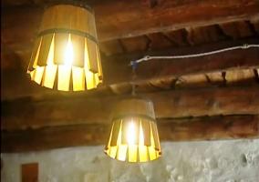 Detalles de las lámparas hechas con cubos