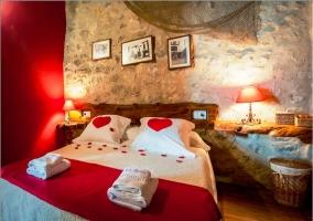 Dormitorio de matrimonio con corazones. Blanco y rojo