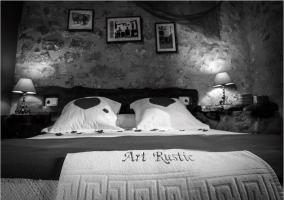 Dormitorio de matrimonio en blanco y negro