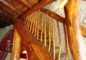 Escaleras de madera hechas con troncos de Árboles