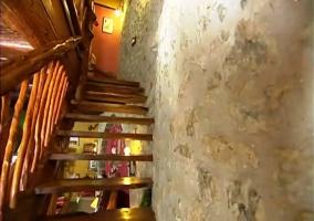 Escaleras de madera y pared de piedra