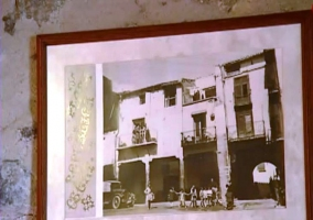 Foto de la plaza de Cher que decora la pared del dormitorio