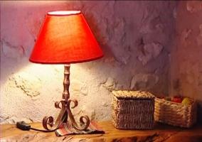Lámpara y cestas de mimbre