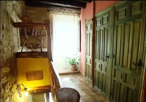 Pasillo en la segunda planta con puertas verdes